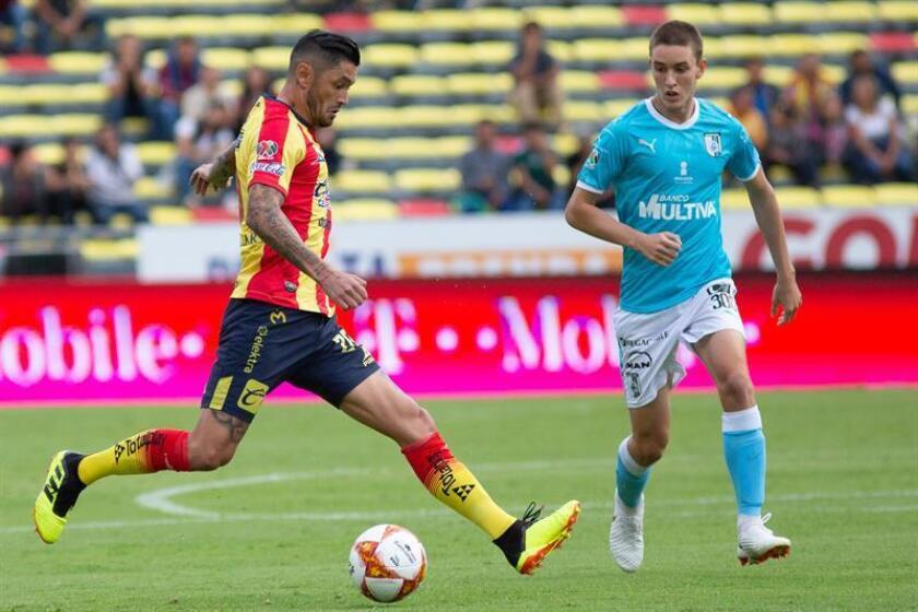 Los chilenos Rodrigo Millar (i), centrocampista, y Sebastián Vegas, defensa, asumieron hoy que su equipo, el Morelia del fútbol mexicano, está mentalizado para acceder a la liguilla del Apertura 2018 del fútbol mexicano. EFE/ARCHIVO