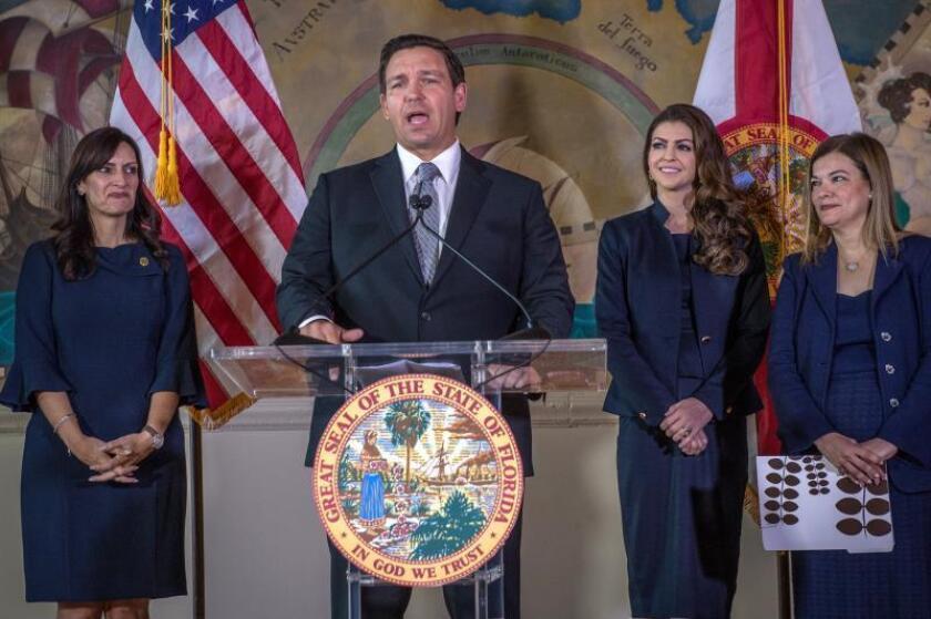 El gobernador de Florida, el republicano Ron DeSantis (c), habla en una conferencia de prensa. EFE/Giorgio Viera/Archivo