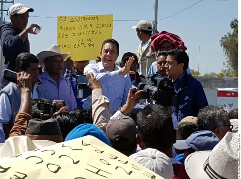"""El Gobernador de Hidalgo, el priista Omar Fayad, fue criticado en las redes por recomendar a mujeres indígenas que duerman con ropa porque """"producen mucho chamaco""""."""