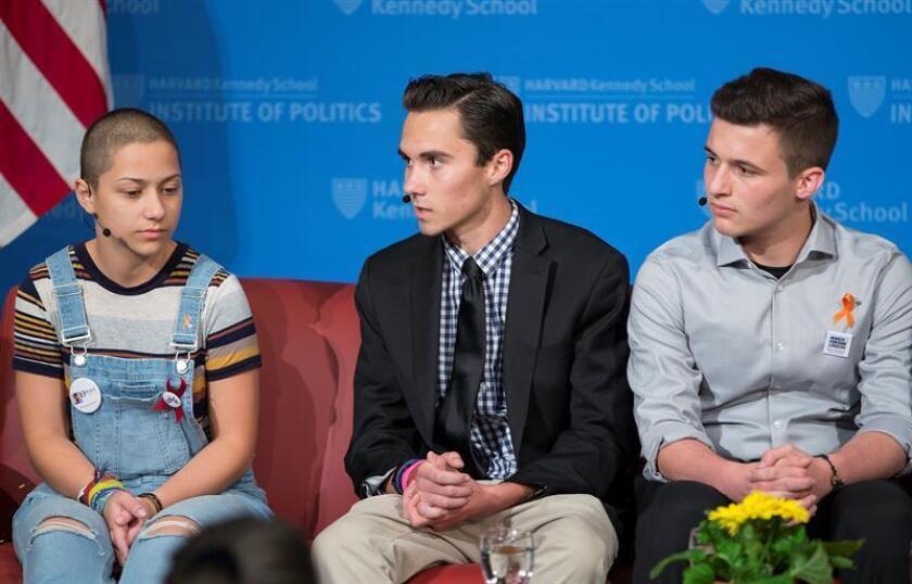 David Hogg (c), uno de los estudiantes sobreviviente al tiroteo del pasado 14 de febrero en un colegio de Parkland (Florida), anunció hoy que junto a su hermana, Lauren, publicarán un libro sobre la matanza y el movimiento al que dio pie. EFE/AARCHIVO