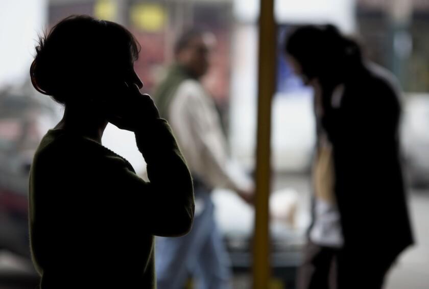 Peatones hablan por sus celulares en Lima, Perú, el 1 de agosto de 2016. Según un acuerdo de julio de 2015, la policía puede ubicar teléfonos sin orden judicial, pero necesitaría una para escuchar. Cuatro operadores telefónicos peruanos están cooperando. Firmaron un pacto con el gobierno en octubre, cuyos detalles no fueron desvelados. (AP Foto/Martín Mejía)