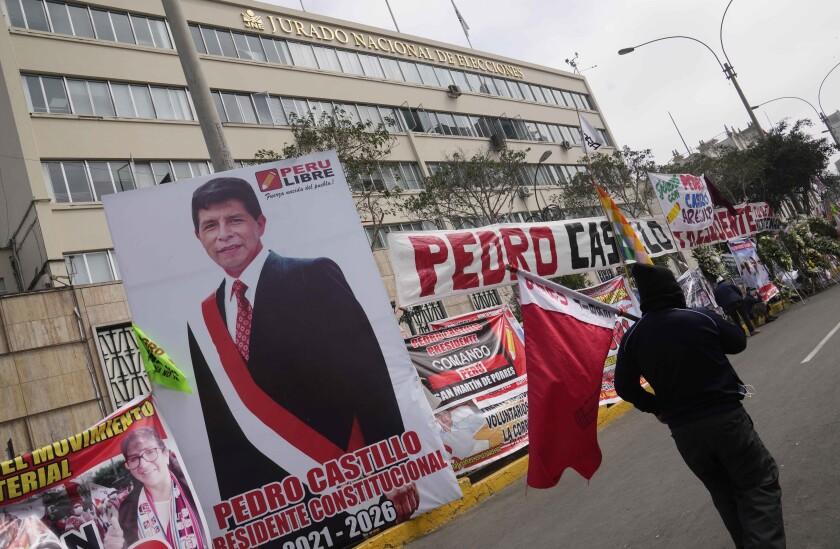 Una foto del candidato presidencial Pedro Castillo yace frente al Jurado Nacional de Elecciones, en Lima, Perú.