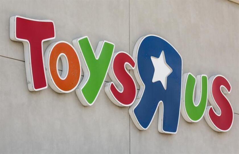 Vista de la entrada principal de una tienda de Toys 'R' Us. EFE/Archivo