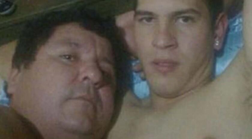 El jugador Bernardo Caballero (d) y del presidente del Rubio Ñu de la Liga Luqueña de Fútbol, Antonio González (i).