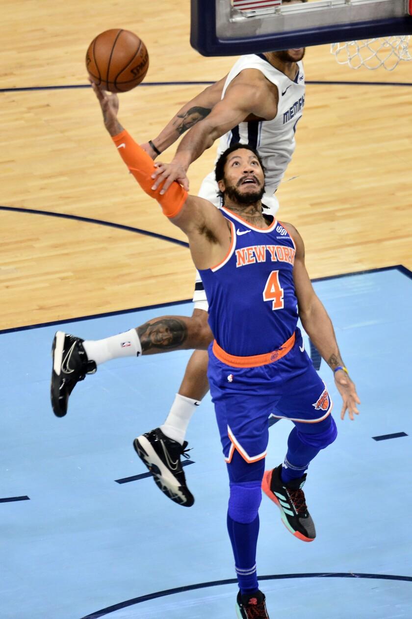Derric Rose (4), de los Knicks de Nueva York, busca el aro frente a Kyle Anderson, de los Grizzlies de Memphis, en la segunda mitad del partido de la NBA en Memphis, Tennessee. (AP Foto/Brandon Dill)