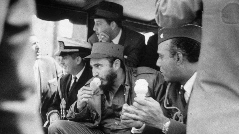 Foto de archivo. El líder cubano, Fidel Castro, disfruta de un helado en Bronx Zoo, en 1959, en su visita a Estados Unidos cuando las relaciones entre ambos países eran mejores.