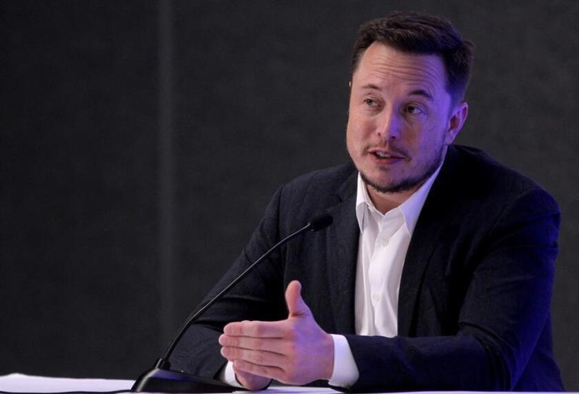 Elon Musk anunció hoy que el fabricante de automóviles eléctricos de lujo Tesla despedirá al 9 % de su plantilla para demostrar que puede ser rentable tras ser incapaz de conseguir beneficios en sus 15 años de historia. EFE/Archivo