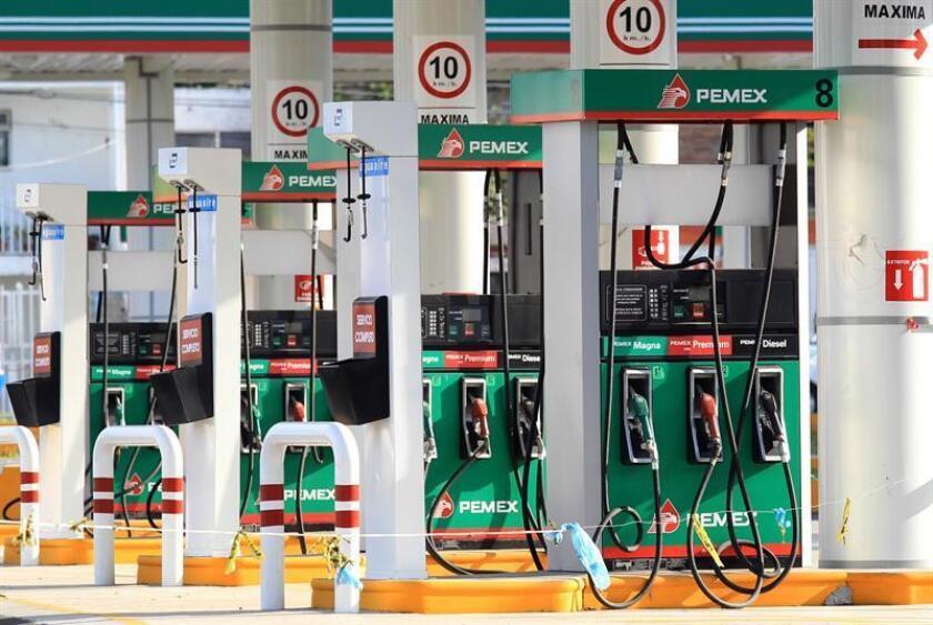 Vista general el miércoles 29 de noviembre de 2017, de una expendedora de gasolina en la ciudad de Guadalajara (México). EFE/Archivo