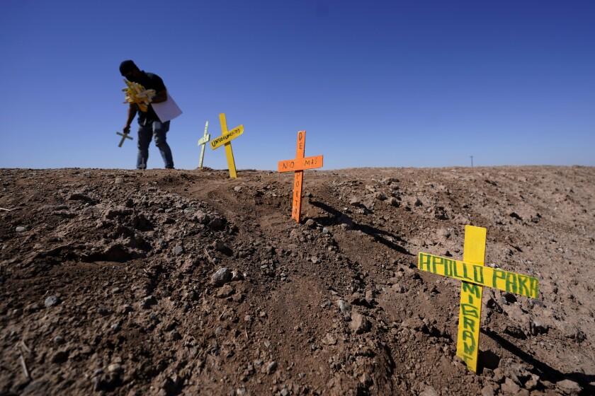 Hugo Castro deja cruces en el sitio de un accidente fatal en Holtville California