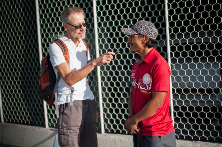 El doctor Robert Irwin, catedrático de la Universidad de California en Davis enuna entrevista con un miembro de una caravana.