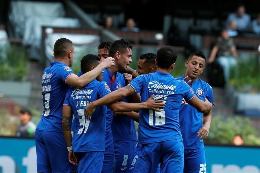 En la imagen jugadores del Cruz Azul. EFE/Archivo