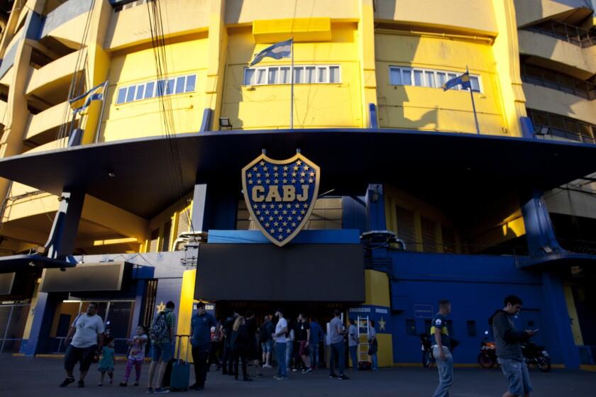 Personas frente al estadio de Boca Juniors en Buenos Aires, Argentina, el miércoles 7 de noviembre de 2018. Boca enfrentará a River Plate en el partido de ida de la final de la Copa Libertadores el sábado.