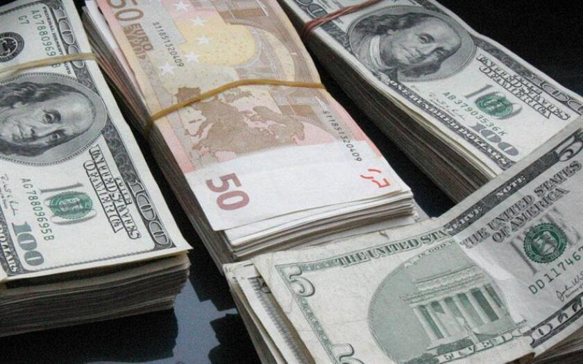 Fotografía de archivo que muestra billetes de dólares norteamericanos y euros. EFE/Archivo