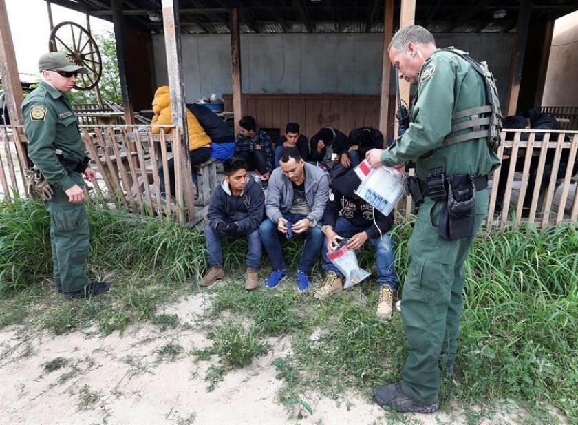 Agentes de la Patrulla Fronteriza estadounidense procesan a un grupo de personas sospechosas de cruzar el río Grande para ingresar ilegalmente a Estados Unidos cerca de McAllen, Texas (EE.UU.) hoy, martes 13 de marzo de 2018. EFE