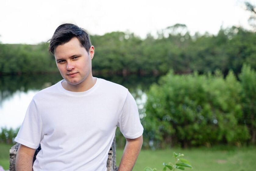 El cantante Adrián Vadim acaba de lanzar sus primeros temas.