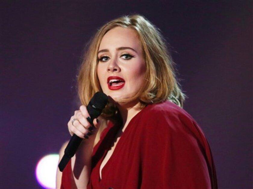 ARCHIVO - Fotografía de archivo del 24 de febrero de 2016 muestra a la cantante Adele en el escenario durante la entrega de Premios Brit en la 02 Arena, en Londres. (Foto de Joel Ryan/Invision/AP, archivo)