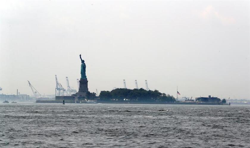 Vista de la Estatua de la Libertad en el puerto luego de que varios tanques de propano se incendiaron en Liberty Island en Nueva York, Nueva York, EE. UU., el 27 de agosto de 2018. Tres cilindros de propano se incendiaron en una obra de construcción en la isla. Una persona resultó herida y 3.400 personas fueron evacuadas. EFE