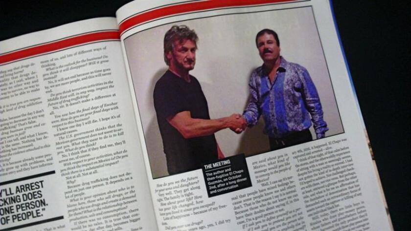 """Imagen de la revista Rollings Stones que muestra al actor estadounidense Sean Penn estrechando la mano del narcotraficante mexicano el Chapo """"Guzmán"""". EFE/Archivo"""