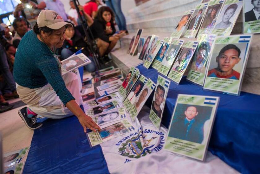 Una mujer coloca fotografías de personas desaparecidas. El grupo 45 madres y sus familiares provenientes de Honduras, Nicaragua, Guatemala y El Salvador recorrió 4.000 kilómetros por distintas ciudades del centro y norte del país desde la frontera sur, detalló el organismo. EFE/Archivo