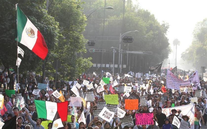 La marcha contra el aumento de los precios del combustible y en favor de la renuncia del presidente Enrique Peña Nieto se inició esta tarde en la Ciudad de México con el respaldo de miles de personas que respondieron a la convocatoria promovida en las redes sociales. EFE