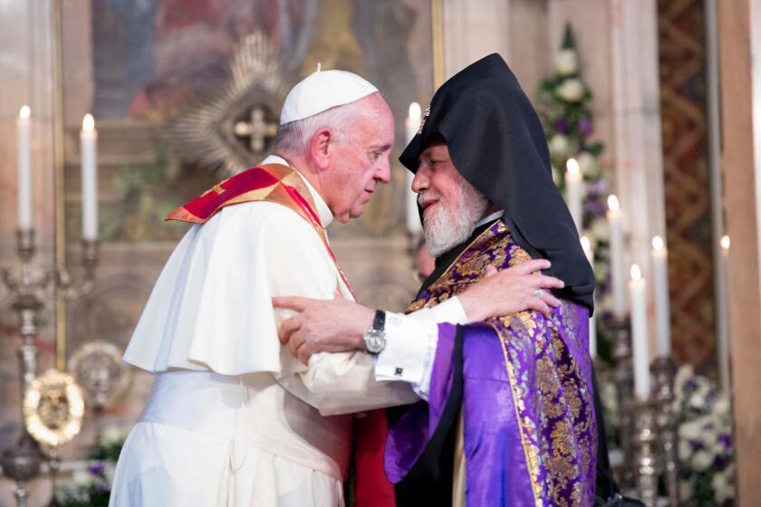 El papa Francisco es recibido por Karekin II, derecha, en su visita a la catedral apostólica Etchmiadzin, Yerevan, Armenia, el viernes 24 de junio de 2016. (L'Osservatore Romano/Pool vía AP)