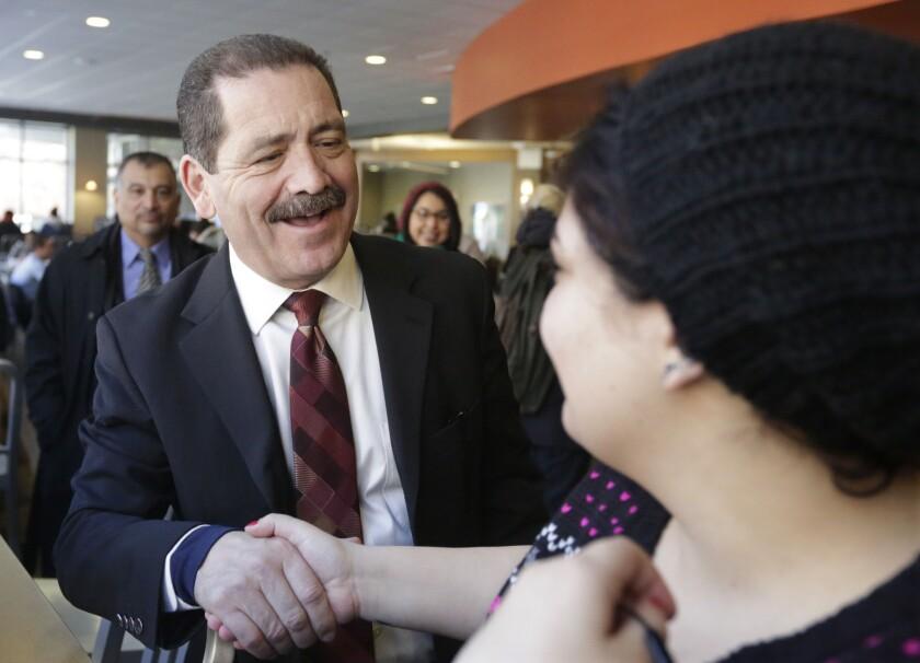 Jesús 'Chuy'García, nacido en Durango (México) y radicado en Chicago desde los 10 años de edad, fue concejal, senador estatal y actualmente es uno de los comisionados del condado de Cook
