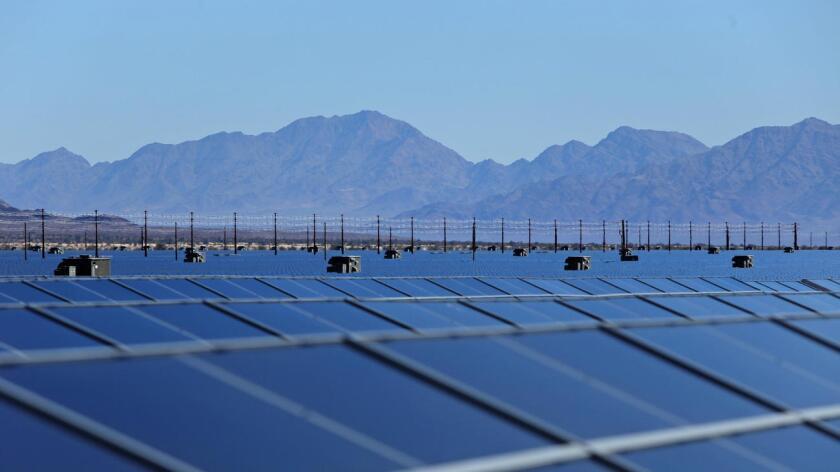 Una granja con paneles solares en el centro del desierto. Una propuesta del Senado requeriría que el estado de California obtenga el 50% de su electricidad a través de los recursos renovables para el 2030.