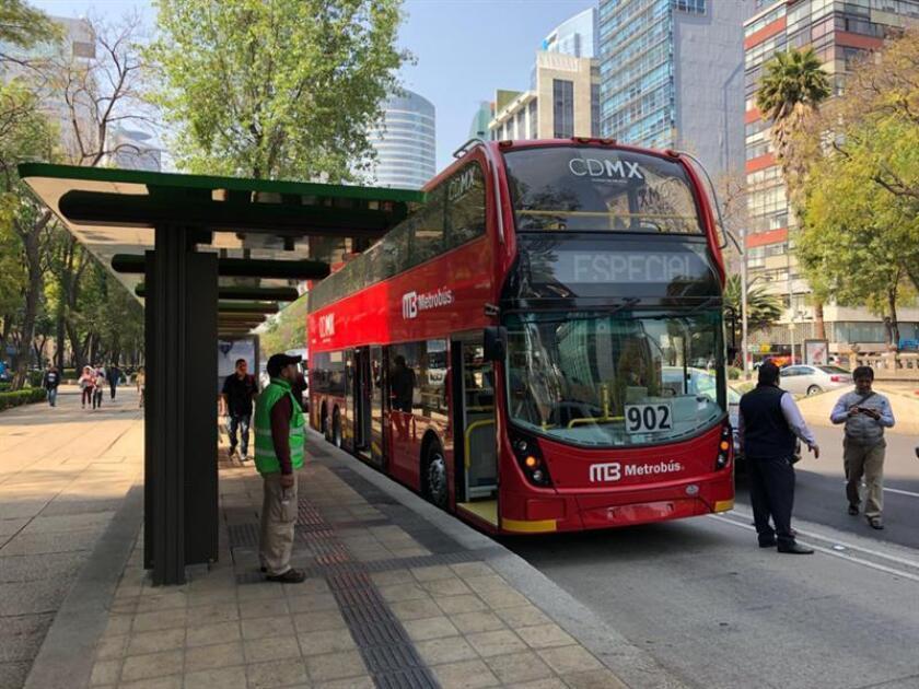 Fotografía cedida por el Gobierno de la Ciudad de México que muestra un metrobús mientras realiza un recorrido hoy, miércoles 28 de febrero de 2018, en avenida Reforma, en Ciudad de México (México). EFE/Gobierno de la Ciudad de México/SOLO USO EDITORIAL