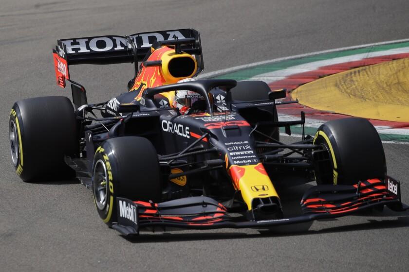 El piloto de Red Bull Max Verstappen conduce su auto en la tercera sesión de prácticas para el Gran Premio de F1 de Emilia Romagna, el sábado, 17 de abril del 2021. (AP Foto/Luca Bruno)