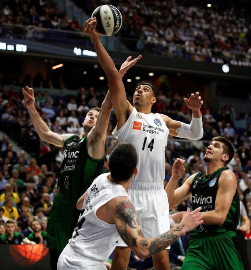 El jugador del Real Madrid Gustavo Ayón (2-d) entra a canasta ante López-Arostegui (i), del Joventut, durante el partido de las semifinales de la Copa del Rey de baloncesto disputado en el Wizink Center, en Madrid. EFE