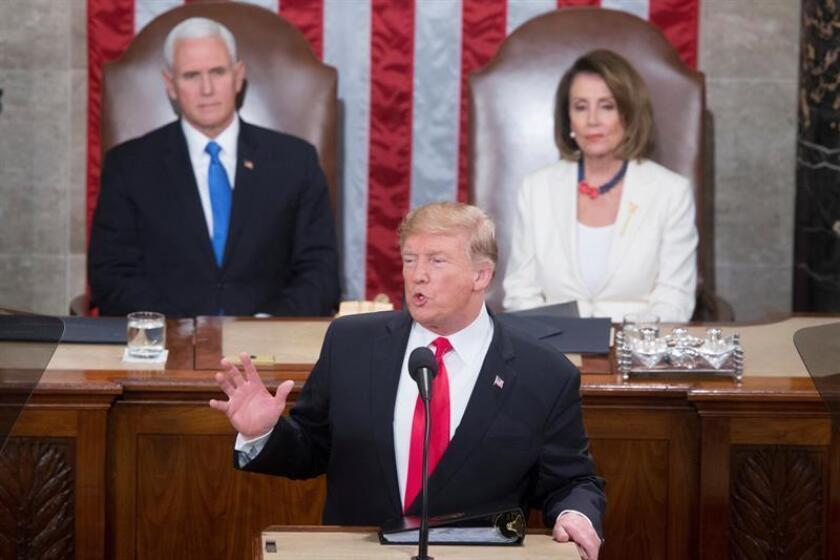 El presidente de los Estados Unidos, Donald J. Trump (c), pronuncia este martes su segundo discurso sobre el Estado de la Unión, frente al vicepresidente, Mike Pence (i), y la presidenta de la Cámara de Representantes, Nancy Pelosi (d), en el Capitolio en Washington, DC (EE. UU.). EFE