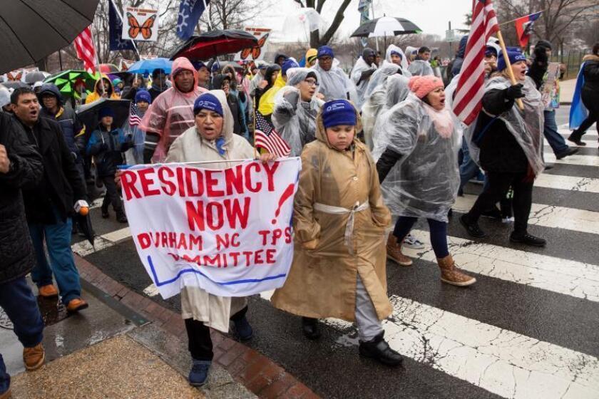 """Activistas participan en una protesta, el martes 12 de febrero de 2019, frente a la Casa Blanca en Washington (Estados Unidos). Más de doscientas personas se congregaron enfrente de la Casa Blanca para reclamar una solución """"permanente"""" para los miles de beneficiarios del Estatus de Protección Temporal (TPS, en inglés) que residen en EE.UU. y cuyo amparo expira en los próximos meses. EFE/ Erik S. Lesser/Archivo"""