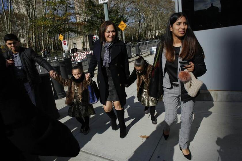 """Unas niñeras sacan a las hijas de """"El Chapo"""" miércoles 8 de noviembre de 2017, de un tribunal en Brooklyn, uno de los condados de Nueva York (EE.UU.). EFE/Archivo"""