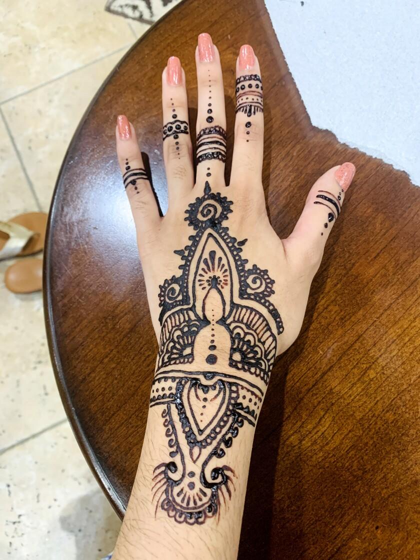 Áp dụng henna với gia đình là một trong những hoạt động xã hội đầu tiên Sidra Ali có thể tham gia ở nhà