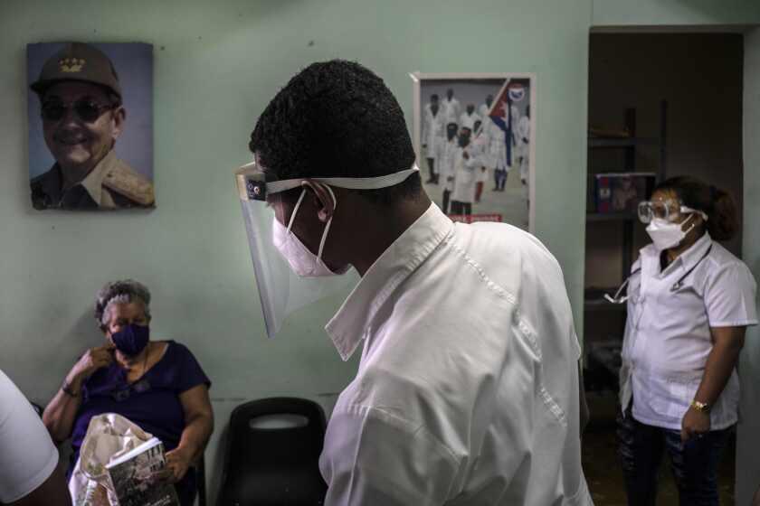 Personal médico verifica el estado de las personas que fueron vacunadas con la vacuna cubana Abdala contra COVID-19 en un consultorio médico en Alamar, en las afueras de La Habana, Cuba, el viernes 14 de mayo de 2021. Cuba comenzó inmunizando a las personas esta semana con sus propias vacunas, Abdala y Soberana 02, las únicas desarrolladas por un país latinoamericano. (AP Foto/Ramon Espinosa)