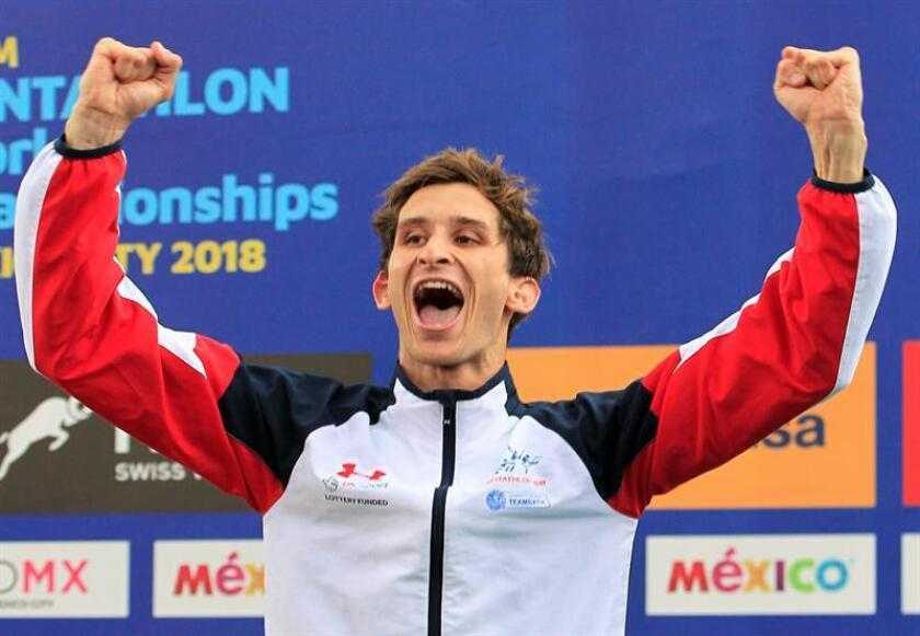 James Cooke de Gran Bretaña celebra tras ganar el primer lugar en la final masculina de Salto de Ecuestre individual hoy, jueves 13 de septiembre de 2018, durante el Campeonato Mundial de Pentatlón Moderno, en Ciudad de México (México). EFE