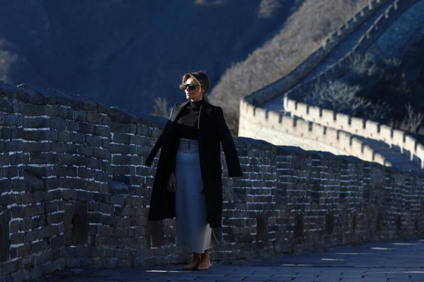 La primera dama de EE.UU., Melania Trump, visita la Gran Muralla en Pekín (China) este viernes, 10 de noviembre. EFE