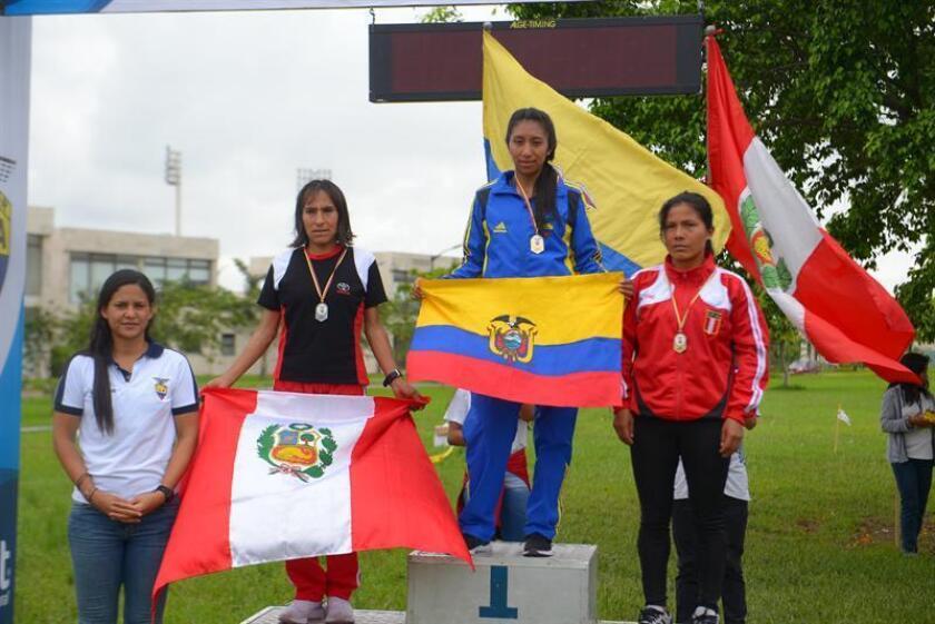 Las atletas Silvia Patricia Ortiz Morocho (c) de Ecuador, Gladys Tejeda (i) de Perú y Nélida Sulka (d) de Perú, celebran luego de ganar el primer, segundo y tercer lugar, respectivamente, la categoría adultos mujeres del Suramericano de Cross Country, este sábado, en el parque de los Samanes en Guayaquil (Ecuador). EFE