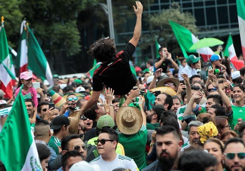 Fans celebrate the goal of the Mexican soccer team against Germany in the World Cup in Russia, in Mexico City, Mexico, 17 June 2018. EFE