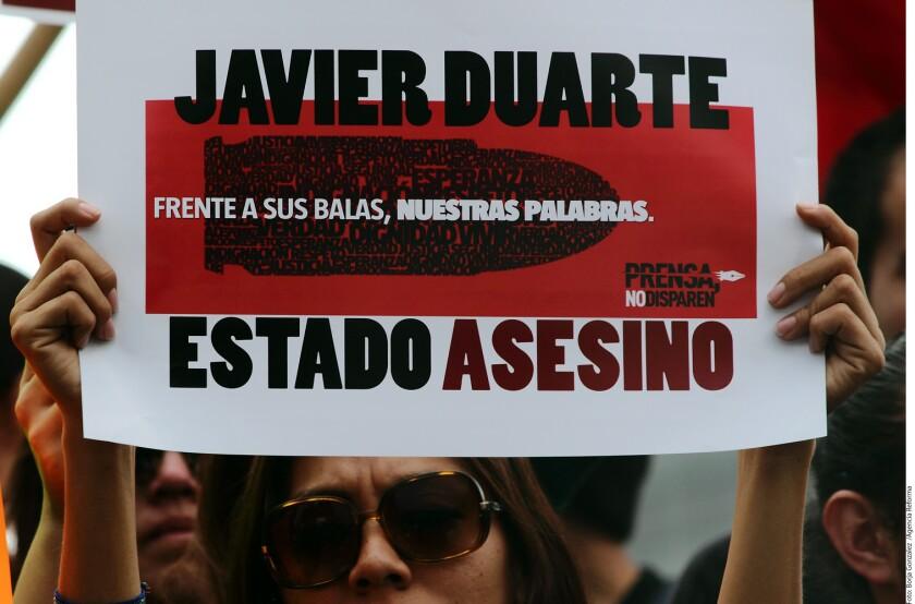 En la manifestación, los inconformes exigen la renuncia del Gobernador de Veracruz, Javier Duarte, y del Presidente Enrique Peña Nieto.