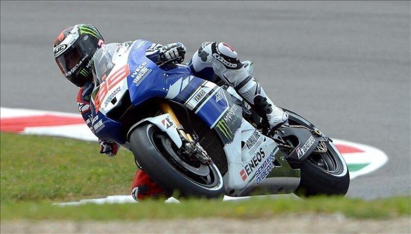 El piloto español de Yamaha, Jorge Lorenzo, toma una curva durante la segunda sesión de entrenamientos libres del Gran Premio de Italia. EFE