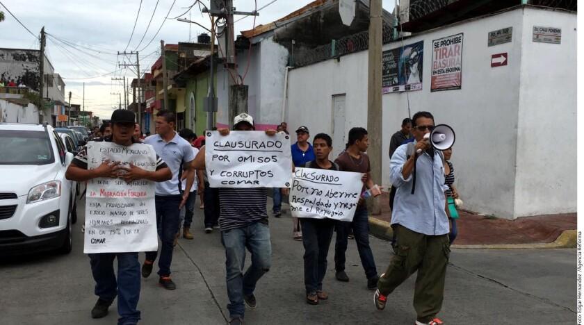 Migrantes de Honduras, El Salvador y Guatemala marcharon también a las oficinas del Alto Comisionada de Naciones Unidas para los Refugiados (ACNUR) en Tapachula, donde entregaron la petición de 180 personas para que se les conceda la legal estancia en el País.