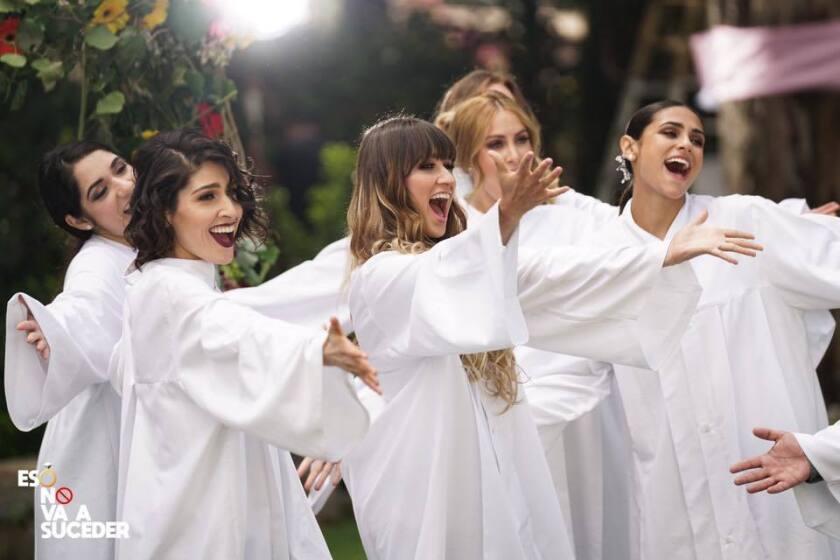 Una escena del nuevo video de las hermanas de Ha-Ash, determinadaas esta vez a empoderar a las mujeres que las escuchan.