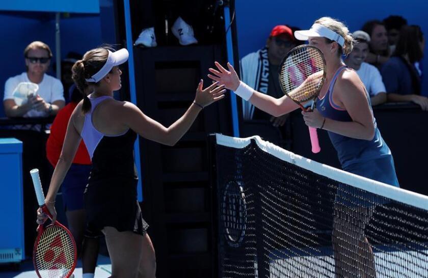 Anastasia Pavlyuchenkova (dcha) de Rusia y Monica Puig (izda) de Puerto Rico tras su encuentro hoy en Melbourne (Australia). EFE