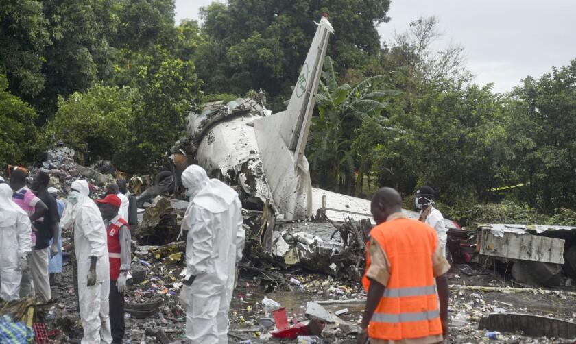Trabajadores recogen a través de los escombros de un avión de carga que se estrelló en la capital de Sudán del Sur, Yuba. La aeronave acaba de despegar del aeropuerto internacional de Yuba cuando cayó en los bancos del río Nilo, matando a decenas de personas según testigos y el gobierno.