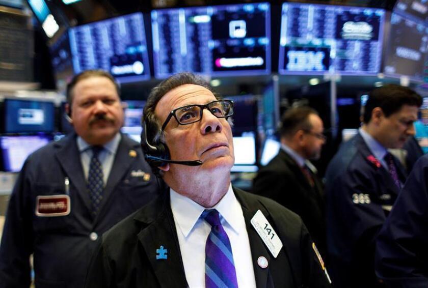 Agentes de bolsa trabajan este miércoles en la Bolsa de Nueva York, Estados Unidos. EFE