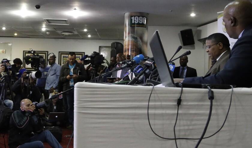 Fikile Mbalula,Ministro de Deportes sudafricano (der).