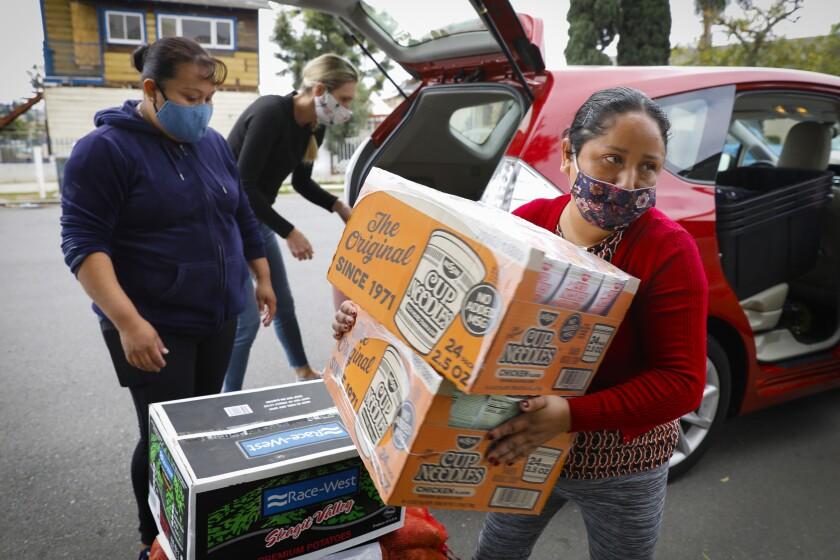 Los residentes de Sherman Heights Araceli Mora (izquierda) y Ofelinda Ramos son voluntarias