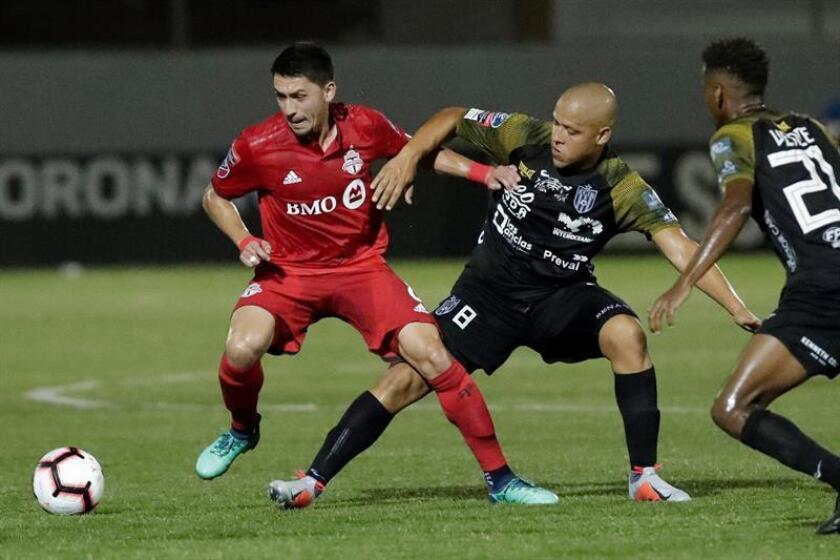 En la imagen, Gustavo Bolívar (c) del Club Atlético Independiente (CAI) disputa un balón con Marco Delgado (i) de Toronto FC. EFE/Archivo