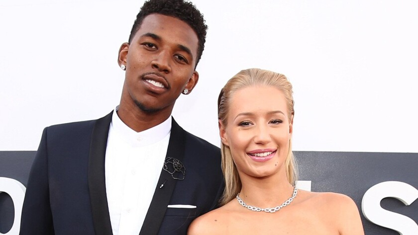 Nick Young is reportedly trying to make things right with fiancee Iggy Azalea.